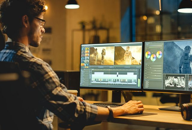 videographer-works-on-desktop-640x435